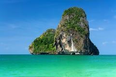 在蓝天的美丽的岩质岛 免版税库存图片