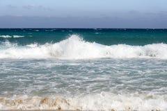 在蓝天的美丽的白色云彩在有阳光反射的风平浪静,巴厘岛印度尼西亚 镇静水海浪平静的海和谐  库存图片
