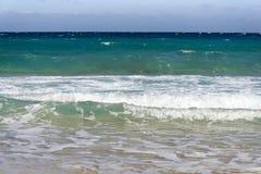 在蓝天的美丽的白色云彩在有阳光反射的风平浪静,巴厘岛印度尼西亚 镇静水海浪平静的海和谐  免版税图库摄影