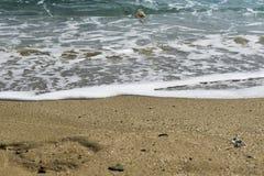 在蓝天的美丽的白色云彩在有阳光反射的风平浪静,巴厘岛印度尼西亚 镇静水海浪平静的海和谐  免版税库存图片