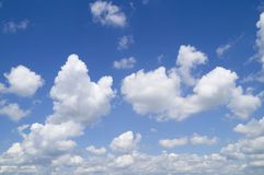 在蓝天的美丽的白色云彩 免版税库存照片