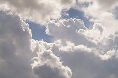 在蓝天的美丽的积云 库存照片