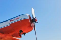 在蓝天的老俄国飞机 免版税库存照片