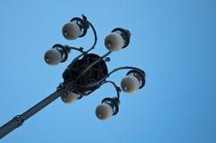 在蓝天的老路灯柱 免版税库存照片