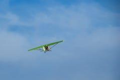 在蓝天的背景的一架飞行吊滑翔机 库存照片