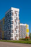 在蓝天的背景的现代住宅复合体 它安置从7的易变的高度到14个楼层,修造在最近年 库存图片