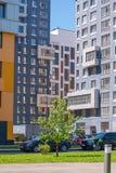 在蓝天的背景的现代住宅复合体 它安置从7的易变的高度到14个楼层,修造在最近年 图库摄影