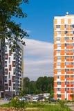 在蓝天的背景的现代住宅复合体 它安置从7的易变的高度到14个楼层,修造在最近年 免版税库存照片