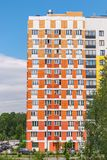 在蓝天的背景的现代住宅复合体 它安置从7的易变的高度到14个楼层,修造在最近年 库存照片