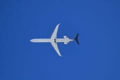 在蓝天的航空器下 免版税库存照片