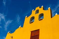 在蓝天的色的大厦在坎比其,墨西哥 免版税库存照片
