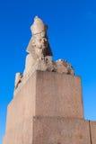 在蓝天的花岗岩狮身人面象古老纪念碑 免版税库存图片