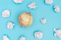 在蓝天的葡萄酒地球与旅行概念的纸云彩 库存照片