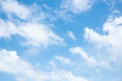 在蓝天的蓬松云彩 图库摄影