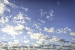 在蓝天的蓬松和疏散白色云彩 库存图片