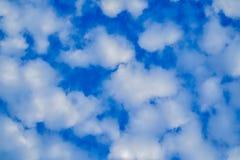 在蓝天的蓬松白色云彩 免版税库存图片