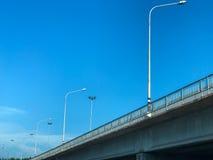 在蓝天的街灯 免版税库存图片