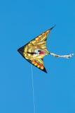 在蓝天的被隔绝的狮子风筝 免版税库存照片