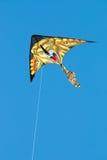 在蓝天的被隔绝的狮子风筝 免版税库存图片