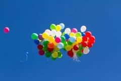在蓝天的许多明亮的baloons 免版税库存照片