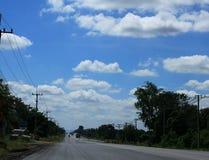 在蓝天的路 库存照片