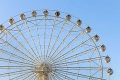 在蓝天的轮子 免版税库存图片