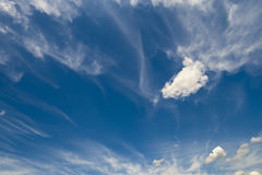 在蓝天的软的小束的云彩 免版税库存图片