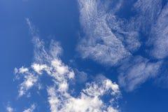 在蓝天的软的小束的云彩 库存照片