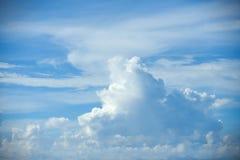 在蓝天的软的白色云彩 库存图片