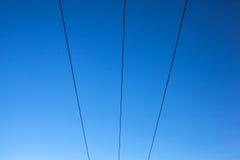 在蓝天的输电线 免版税库存图片