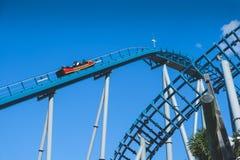 在蓝天的过山车被采取在海世界主题乐园 库存图片