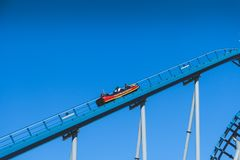 在蓝天的过山车被采取在海世界主题乐园 免版税库存照片