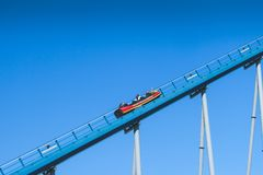 在蓝天的过山车被采取在海世界主题乐园 免版税库存图片