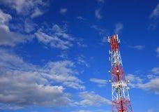 在蓝天的通讯台 免版税库存图片