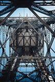 在蓝天的金属建筑底视图 免版税库存图片