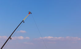 在蓝天的顶面钓鱼竿 免版税库存图片