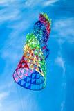 在蓝天的风筝飞行 免版税库存照片