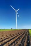 在蓝天的风车涡轮 在日出的风车 现代金钱的力量 免版税库存照片