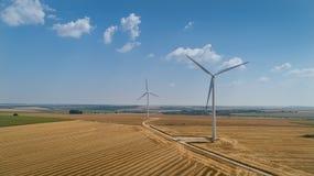 在蓝天的风轮机农场 免版税图库摄影