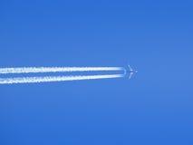 在蓝天的飞机 库存图片