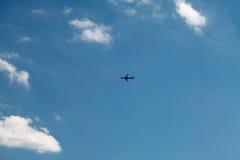 在蓝天的飞机 库存照片
