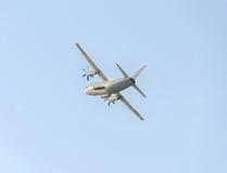 在蓝天的飞机C-27-J斯巴达飞行,航空器,被隔绝的,接近  免版税图库摄影