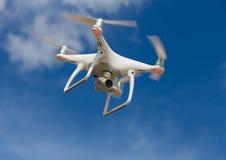 在蓝天的飞行quadcopter 免版税库存图片