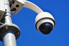 在蓝天的高技术圆顶类型照相机 库存图片