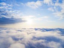 在蓝天的鸟瞰图白色云彩 顶视图 从寄生虫的看法 空中鸟` s眼睛视图 空中顶视图cloudscape 分类纹理  图库摄影
