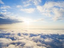 在蓝天的鸟瞰图白色云彩 顶视图 从寄生虫的看法 空中鸟` s眼睛视图 空中顶视图cloudscape 分类纹理  免版税库存照片