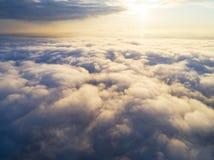 在蓝天的鸟瞰图白色云彩 顶视图 从寄生虫的看法 空中鸟` s眼睛视图 空中顶视图cloudscape 分类纹理  免版税库存图片