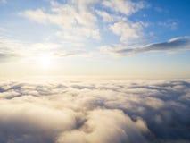 在蓝天的鸟瞰图白色云彩 顶视图 从寄生虫的看法 空中鸟` s眼睛视图 空中顶视图cloudscape 分类纹理  免版税图库摄影