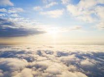 在蓝天的鸟瞰图白色云彩 顶视图 从寄生虫的看法 空中鸟` s眼睛视图 空中顶视图cloudscape 分类纹理  库存照片