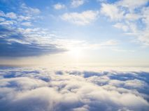 在蓝天的鸟瞰图白色云彩 顶视图 从寄生虫的看法 空中鸟` s眼睛视图 空中顶视图cloudscape c纹理  库存图片